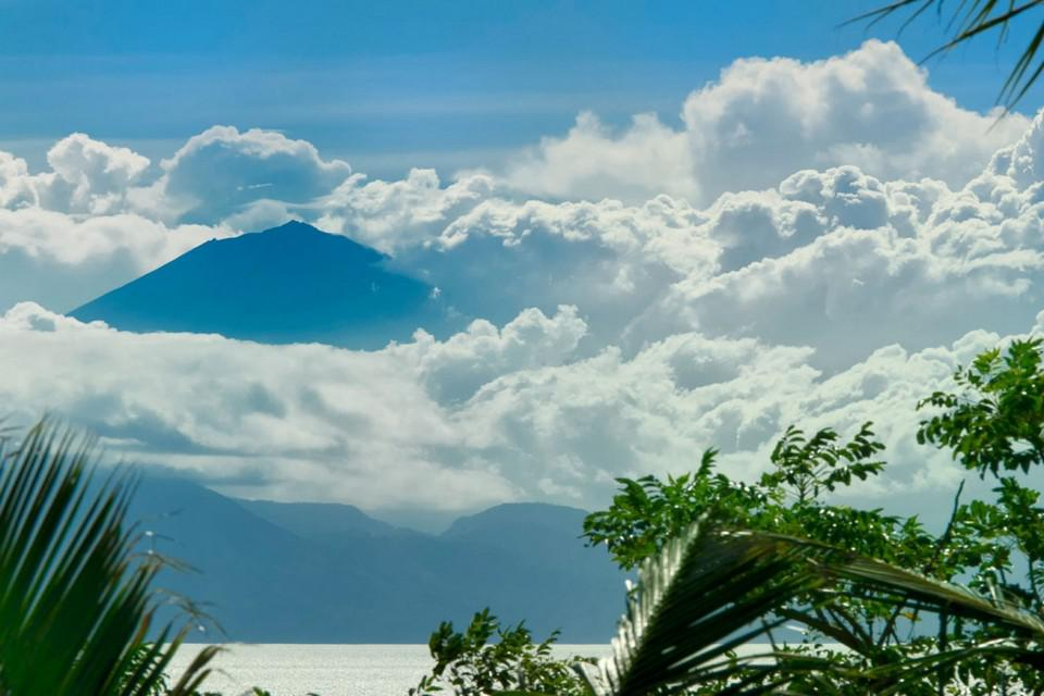 Luxury Malimbu Cliff Villa in Indonesia (10)